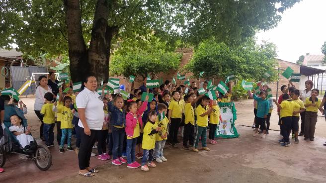 Alumnos-en-el-acto-civico-por-la-fundacion-de-Santa-Cruz-de-la-Sierra
